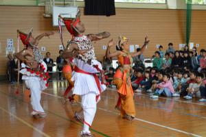 有岡町の吉美小学校(長野代理子校長、238人)を15日、スリランカの舞踊団(団長=チャンダシリ大僧正、7人)が訪れ、全校児童らの前で民族舞踊を披露した。
