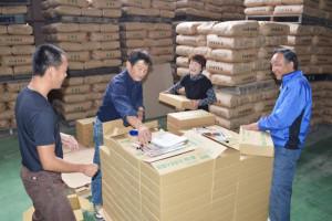 市は「あやべ特別市民制度」に登録している2108人に今年度1回目の「ふるさと産品」を20日までに送った。