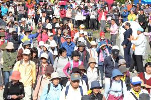 25日、青野町の由良川花庭園を発着点に第13回「あやべふれあいウォーキング」(市主催、北京都ウオーキング協会共催)が開かれ、4つのコースに計408人が参加した。
