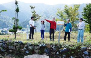 中上林のシンボル「城山」(八津合町)。かつて上林地域を治めていた上林氏の居城だった場所で、近年の再整備によって山頂から周囲をぐるりと見渡せる抜群の眺望を誇っている。しかし普段は訪れる人も少ないことから「地元でもっと有効活用しよう」という話が持ち上がった。「城山の里 オータムフェスティバル」と銘打ったイベントを11日に初めて企画。ふもとの市観光センターで講演会と模擬店、ビンゴゲームなどが催されるほか、夕方から夜にかけては城山山頂の〝天空の城跡〟で「城山サンセット・ミュージックフェスタ」が開かれる。