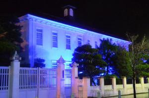 14日夜、青野町のグンゼ本工門とグンゼ博物苑が青色のライトの光で色付けされた