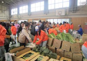 川糸町の綾部高校由良川キャンパス(東分校)で14日、生徒たちが実習で生産、製造した農産物や加工食品などを販売する恒例行事の「東祭」が催された。