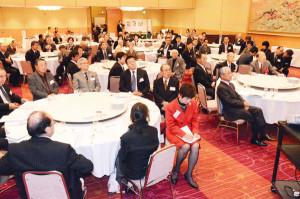 綾部を古里とする人や綾部に強い関心を持っている京都市や近郊の在住者たちが集い、語り合う「京都あやべ会」(村上晨一郎会長)の平成27年度総会・懇親会が15日、京都市内のホテルで約100人が出席して盛大に催された。