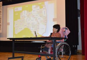 東日本大震災で被災した障害者らの証言をまとめたドキュメンタリー映画「逃げ遅れる人々」の上映会(防災ワークショップ実行委員会主催、あやべ市民新聞社後援)が21日、西町1丁目のI・Tビルで催された。上映後、出演者の一人で障害者でもある鈴木絹江さんの講演を聴く人もいた。