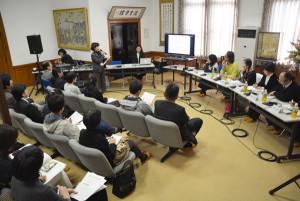 東京オリンピック・パラリンピックに合わせ、府内全域で2016年から2020年にかけて開催が計画されている文化・芸術イベント「京都文化フェア(仮称)」に関する公開ワークショップが5日、青野町のグンゼ記念館で開かれた。