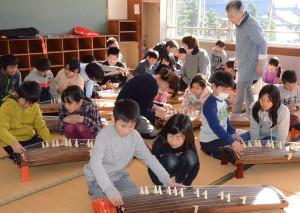綾部小学校(上野町、村上元良校長)の5年生89人が7日、市内の筝曲グループ「三松会」から講師を招いて琴の弾き方を習った。今後も練習を重ね、来年1月15日にある京都工芸繊維大学の留学生との交流会の歓迎セレモニーで演奏を披露することにしている。