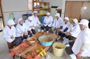 八津合町の「水源の里・瀬尾谷」が製造するクロウリの粕漬け「瀬尾谷粕漬」が取り持つ縁で、生産者と都会の消費者との間で交流の種が芽生えた。先日、京都市内で開かれた綾部出身者らの集い「京都あやべ会」の会場で瀬尾谷粕漬を買い求めた女性がその味に感動。古里・綾部を懐かしく思い、生産者である瀬尾谷の人たちに手紙を送った。作業の合間に手紙を読んだ住民らは「一生懸命作っとるで、励みになる」と喜んでいる。