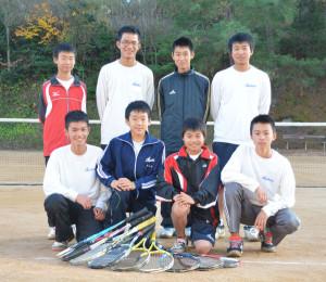 滋賀県長浜市の長浜ドームで27、28の両日に開催される近畿中学生ソフトテニス選抜インドア大会に、綾部中男子ソフトテニス部が団体戦と個人戦に2組が出場する。