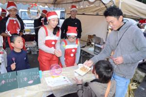 「クリスマス 冬の星座とイモ煮会」と銘打ったイベントが13日夜、物部町の市物部営農指導センターを会場に開かれた。主催したのは物部地区の住民有志でつくる「物部の将来を考える会」のイベント実行委員会(金定成和委員長)。多くの人が訪れて、ステージ発表や飲食の各種模擬店巡りを楽しんだ。
