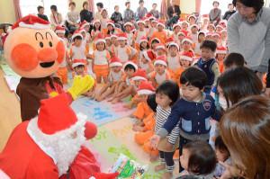 栗町の豊里幼児園(久木和子園長、133人)に22日、サンタクロースやアンパンマンなどが来園。