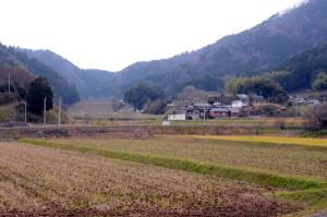長い時間をかけ、人が自然に寄り添いながらつくり上げてきた「里山」。環境省はこの「日本の原風景」を次世代に残すべき自然環境として昨年末、全国500カ所を「生物多様性保全上重要な里地里山」(略称・重要里地里山)として選定。うち市内では豊里西地区が選ばれた。これに関連して綾部里山交流大学は30日、府が府内の貴重な自然を記載して昨年発行した「府レッドデータブック2015」を使った入門講座を計画。多くの参加を呼びかけている。