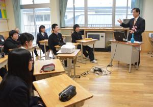 市内6中学校の中学3年生を対象に、山崎善也市長が講師を務める特別授業「ふるさと講座―はばたく君へのメッセージ」が18日から始まった。