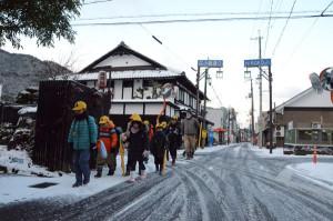 強い冬型の気圧配置となり北日本から西日本の広い範囲で20日にかけ大荒れの天候となったが、綾部市街地では同日朝に今冬初の積雪となったものの「うっすら雪化粧」した程度。大きな混乱は見られなかった。