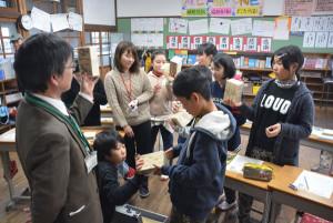小学生も納税者です―。物部町の物部小学校(室木明美校長)で租税教室が開かれ、6年生8人は税金が自分たちの生活にも大きなかかわりがあり、身近なものであることを学んだ。