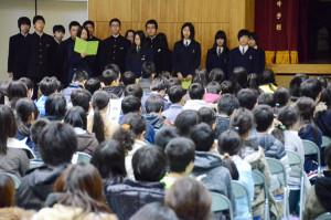 宮代町の綾部中学校(出野伸校長)で28日、同校ブロックの小中一貫プロジェクトとして綾部、中筋、吉美の3小学校合同の入学説明会と初めての授業体験が行われ、約200人の6年生とその保護者らが出席した。