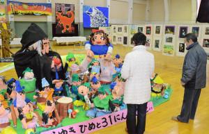 市内の3幼児園と3幼稚園、10小学校、6中学校の園児・児童・生徒の作品展が、5日から並松町の市民センター競技場で始まった。