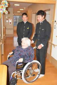 上杉町の「うえすぎ松寿苑デイサービスセンター」に2日、八田中学校(梅迫町、嵯峨隆幸校長)の生徒会から車いす1台が寄贈された。