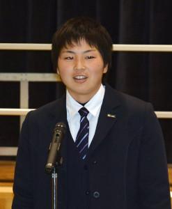 京都共栄学園高校3年の山下実花子さん(18)=鍛治屋町=が8日、母校である豊里町の豊里中学校(出野健資校長)を訪問。陸上競技のやり投げで好成績を上げている山下さんは、リオデジャネイロと東京のオリンピック育成競技者に選ばれているアスリート。大学進学のため、今春から綾部を離れるのを前に後輩らにメッセージを贈った。