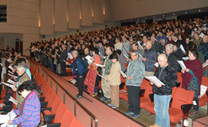 「建国記念の日(紀元節)を祝う京都北部府民の集い」(同集い実行委員会主催、日本会議・京都北部支部など後援)が11日、里町の府中丹文化会館で開かれ、米国カリフォルニア州弁護士でタレントのケント・ギルバートさんが「今こそ目覚めろ! 日本人」をテーマに講演した。