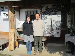 各地をバイクでツーリングをしていた時に知った綾部の地で、農家民宿を始めた夫婦がいる。多田晃さん(62)と美澄さん(60)。篠田町の古民家を改修し、開業した農家民宿の名前は「ばったり庵」。「自然の中でゆっくりと自給自足の生活がしたくて来た。ここは住みやすくていい人たちばかりで、綾部が好き。あまり欲張らずに民宿を続けていけたら」と、多田さんは話している。