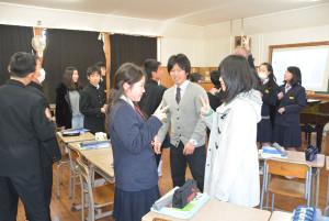 府から「名誉友好大使」に任命されている外国人留学生2人が18日、物部町の何北中学校(小島一英校長)を訪れ、生徒たちと交流した。