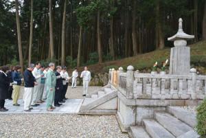 グンゼ創業者・波多野鶴吉翁の命日の23日、神宮寺町の南ケ丘公園内で碑前祭が行われ、同社の社員たちが元社長の遺徳を偲んだ