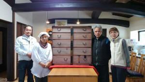 修繕された衣裳箪笥を囲む(左から)森井専務、岩﨑キクノさん、昭男さん、由美子さん=睦寄町で