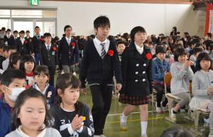 23日は市内の10小学校で一斉に平成27年度卒業式が行われ、301人(男子170人、女子131人)が思い出がいっぱい詰まった学び舎(や)を巣立った。