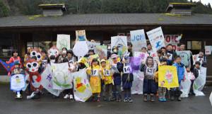 睦寄町の市二王公園パターゴルフ場で19日、「二王門凧(たこ)揚げ大会」(同大会実行委員会主催)が開かれ、参加した大人や子どもたちが手作りの凧を用い、日本古来の遊びに親しんだ。