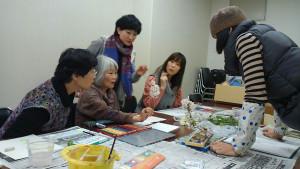 里町の市中央公民館で月2回、一般的な絵画教室とは少し違った絵の教室が開かれている。主宰者は横浜市出身で慶応義塾大文学部卒の美術家、イシワタ・マリさん(32)=福知山市一ノ宮。絵本を中心に据え、画材や描き方などは全て自由。型にはめずに楽しく絵を描いてもらって人生を豊かにすることを目指している。