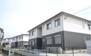 JR綾部駅北に今春、新しい〝町〟が誕生した。グンゼ(児玉和社長)と連結子会社・グンゼ開発(本社・尼崎市、溝口克彦社長)が共同で開発しているもので、名称は「あやべグンゼタウン グラン・ブルー」。グンゼの社宅6棟(48戸)と賃貸住宅4棟(40戸)の1期分は3月に完成。
