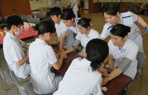 高校生が看護師の仕事にふれる「ふれあい看護体験」が23日、青野町の市立病院(鴻巣寛院長)であり、同病院の看護師から車いすの操作方法や手術器具の渡し方などを真剣に学んだ。
