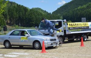 梅迫町の八田中学校(嵯峨隆幸校長、72人)でこのほど、プロのスタントマンによる危険と隣り合わせの迫力ある演技が披露された。