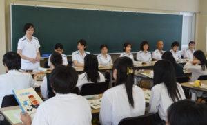 市立病院(青野町、鴻巣寛院長)の認定看護師らが14日、岡町の綾部高校(福井真介校長)四尾山キャンパス(本校)を訪れ、看護の分野に進路志望している3年生17人を対象に特別授業をした。市立病院では年3回、主に高校生を対象に「ふれあい看護体験」を催すなど、若い世代が医療機関の仕事や患者への接し方などを実地で学べる機会を積極的に設けている。生徒たちが将来、看護師不足が課題の一つとなっている府北部の医療機関でスタッフとして働き、地域貢献してくれることを望んでいる。