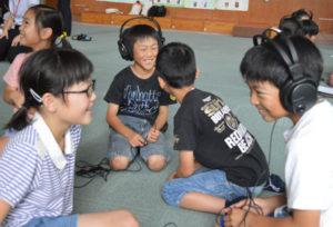 耳が不自由な人の立場になって自分たちにできる支援の方法などを考えよう―と鷹栖町の東綾小学校(野々垣照美校長)の3、4年生24人が16日、難聴の状態を体験できるヘッドホンを使って学習に取り組んだ。