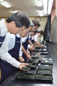 第67回両丹茶品評会審査会が23日、宮代町のJA京都にのくに茶業センターで開かれた。