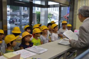 大島町の中筋小学校(近澤寿代校長)の2年生たちが23日、同町内のあやべ市民新聞社を訪問。高崎忍社長から新聞発行の苦労や喜びなどについて話を聴いた。