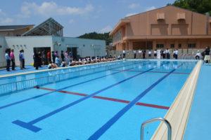 昨年4月に開校した八津合町の上林小中一貫校(小畑学校長、43人)で27日、プール開きがあった。