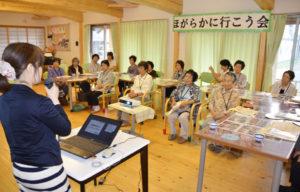 西岡さんの話に耳を傾ける参加者たち(十倉名畑町で)