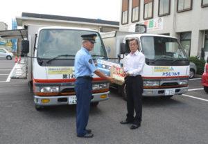 特殊詐欺による被害防止に向け、綾部署(坂上征芳署長)はJA京都にのくに(仲道俊博組合長)と連携し、新たな取り組みを始めた。それは、JAの移動販売車「むつみ号」を使った啓発活動。6日には宮代町のJA本店前で広報アナウンスが録音されたカセットテープとチラシの贈呈式などが行われた。