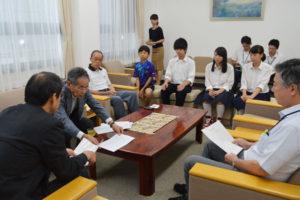 綾部市と友好都市関係にある中国・常熟市へ卓球を通じた交流を目的に、「青少年友好卓球交流団」(団長=玉井嘉久・市卓球協会会長)は8月5日から4泊5日の日程で訪中する。それを前にした19日、団員らは市役所を訪れ、山崎善也市長に出発の報告をした。