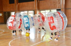 学校を「健康テーマパーク」に―。東山町の東綾中学校で24日、「ニュースポーツフェスティバル」と題したイベントが初開催され、子どもから大人までの住民らが「バブルサッカー」や体力測定、スピードガンコンテストといった各種コーナーを回りながら、夏の日を楽しく過ごした。