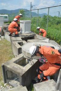 地震での建物倒壊などによって狭い空間に閉じ込められた人を救助する訓練が8、9の両日、味方町の市消防署で行われた。