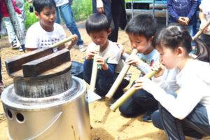 五泉町の「水源の里・市志」(阪田薫代表)は6日、「子どものための森林学習教室」と銘打った都市と農村の交流行事を催し、京都市内などから参加した子どもたちが、昆虫採集に熱中するなどして夏休みのひと時を楽しく過ごした。