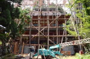 府北部の建造物で唯一の国宝・光明寺二王門(睦寄町)の約60年ぶりとなる修復が始まった
