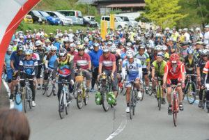 睦寄町の市二王公園前をスタート・ゴール地点したサイクリングイベントが22日にあり、市内外からの参加者たちは上林地域の「水源の里」を巡るコースを、秋の気配を感じながら自分のペースで走行した。