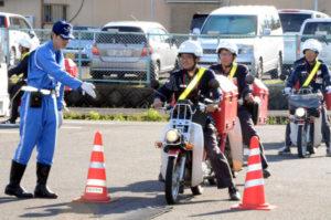 綾部署は27日朝、青野町のあやべグンゼスクエア駐車場を会場に、綾部郵便局員を対象とした交通安全指導を行い、市内で二輪車による配達業務に従事する15人が講習を受けた。