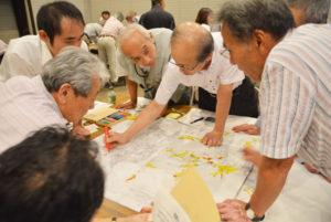 市内の自主防災組織の関係者ら地域防災リーダーを対象にした研修会が27日夜、里町の市中央公民館で開かれ、参加者は地図を使った「災害図上訓練」に取り組んだ。