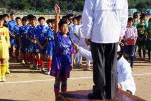 綾部ライオンズクラブ(綾部LC、相根一雄会長)主催の第31回「綾部ライオンズクラブ旗京都北部少年サッカー大会」が15日、青野町の第2市民グラウンドで開催され、16チーム、約160人が参加した。