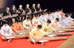 邦楽演奏をする三松会の会員ら(里町で)